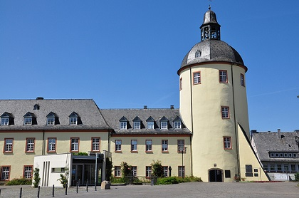 Das Untere Schloss in Siegen erreichen Sie am einfachsten mit einem Mietwagen der Sixt Autovermietung Siegen