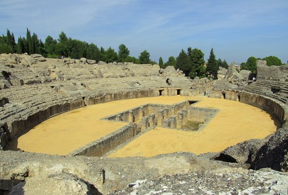 Das alte Amphitheater in der alten Römerstadt Santiponce mit dem Mietwagen erkunden