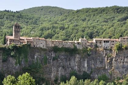 Mit dem Mietwagen zum Basaltmassiv von Castellfollit de la Roca an der Costa Brava