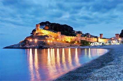 Die vielen Burgen an der Costa Brava, wie die Tossa de Mar, sind am bestem mit dem Mietwagen erreichbar