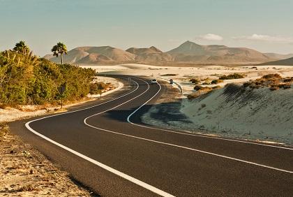 Mit dem Mietwagen die Straßen Fuerteventuras entlang fahren