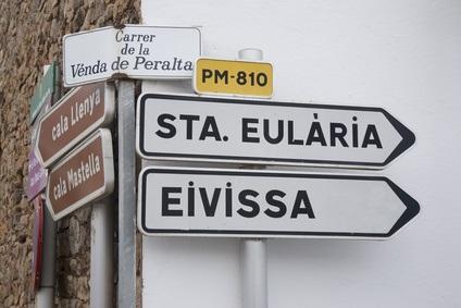 Verlassene Buchten wie diese bilden ein besonderes Gustostück, wenn Sie mit Ihrem Mietwagen Ibiza entdecken wollen