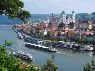 In Passau können Sie mit Ihrem Mietwagen der Sixt Autovermietung Passau der Donau entlang fahren