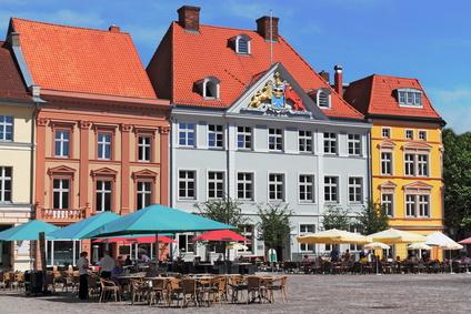 Genießen Sie die Stadtidylle Stralsunds nach den Aussteigen aus dem Mietwagen der Sixt Autovermietung Stralsund zu Fuß