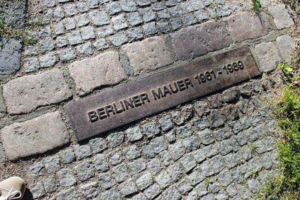 Die Berliner Mauer ist nur noch an wenigen Stellen in Berlin zu finden. Diese markierungen zeigen den ehemaligen Verlauf.