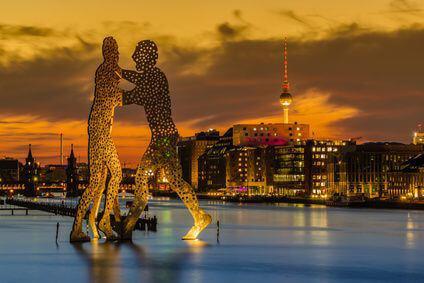 Der Molecule Man mitten in der Spree ist auch eines von Berlins Wahrzeichen.