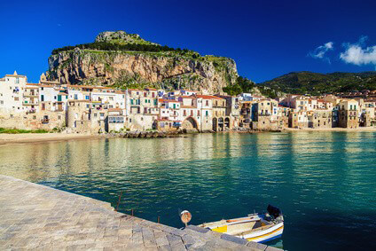 Der Hafen von Cefalu auf Sizilien