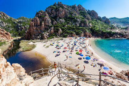 Der malerische Strand der Costa Paradiso auf Sardinien.